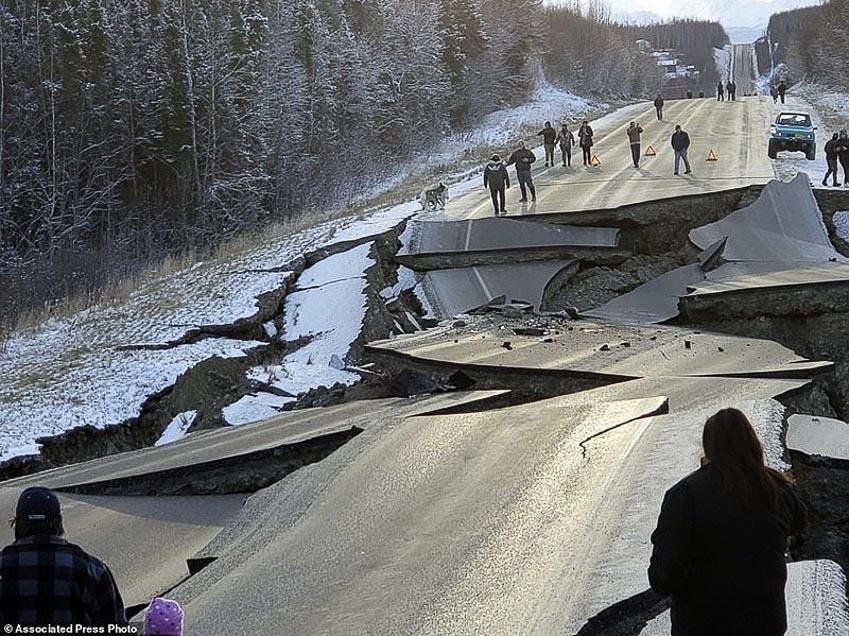 Tài xế liều mình lái chiếc Jeep chạy qua đoạn đường sụt lún vì động đất 4