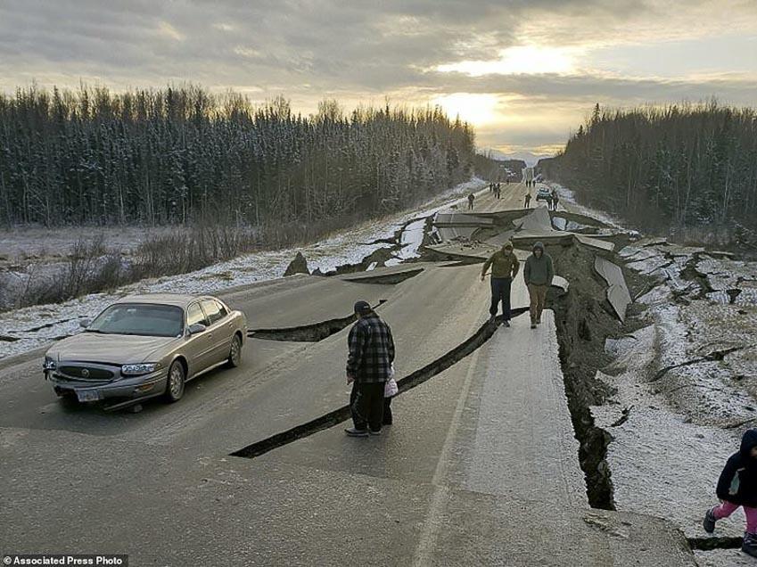 Tài xế liều mình lái chiếc Jeep chạy qua đoạn đường sụt lún vì động đất 5