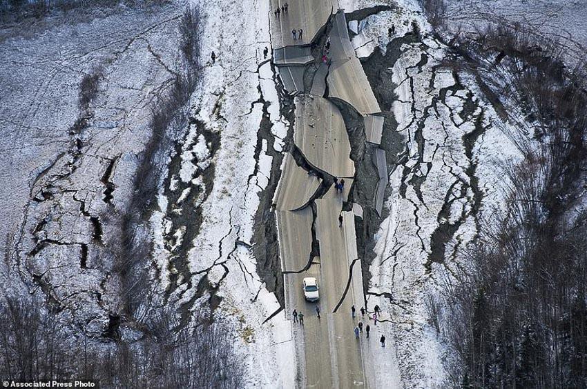 Tài xế liều mình lái chiếc Jeep chạy qua đoạn đường sụt lún vì động đất 6