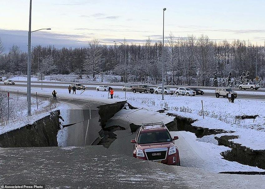 Tài xế liều mình lái chiếc Jeep chạy qua đoạn đường sụt lún vì động đất 7