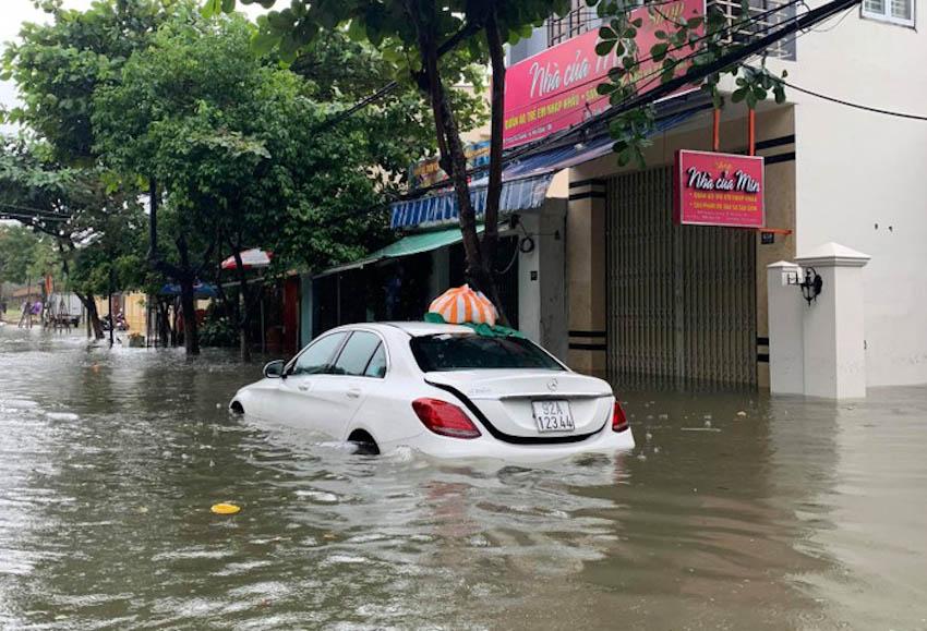 Loạt xe sang chết đuối trong biển nước tại Đà Nẵng 1