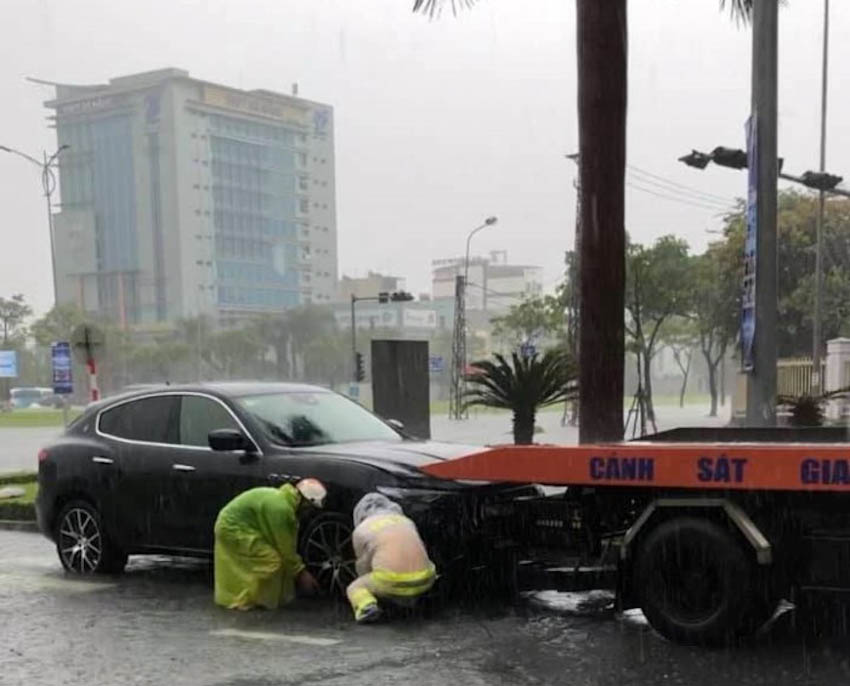 Loạt xe sang chết đuối trong biển nước tại Đà Nẵng 2