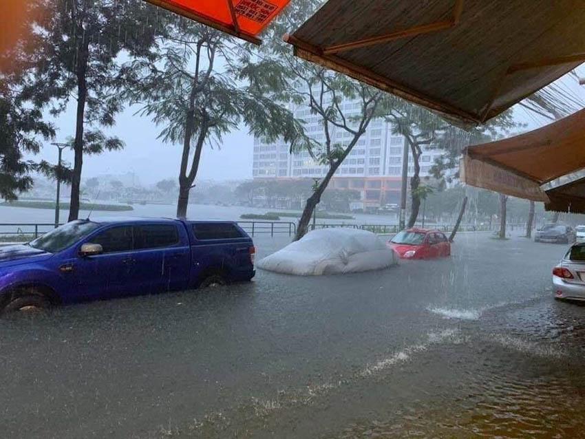 Loạt xe sang chết đuối trong biển nước tại Đà Nẵng 5