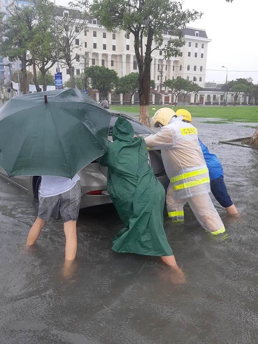 Loạt xe sang chết đuối trong biển nước tại Đà Nẵng 7