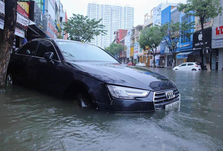 Loạt xe sang chết đuối trong biển nước tại Đà Nẵng 9