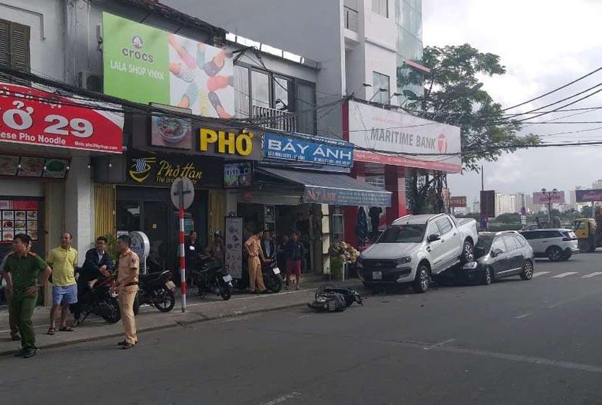Ford Ranger lùi ẩu đè bẹp đầu ôtô phía sau tại Đà Nẵng 3