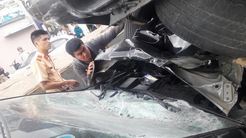 Ford Ranger lùi ẩu đè bẹp đầu ôtô phía sau tại Đà Nẵng 1