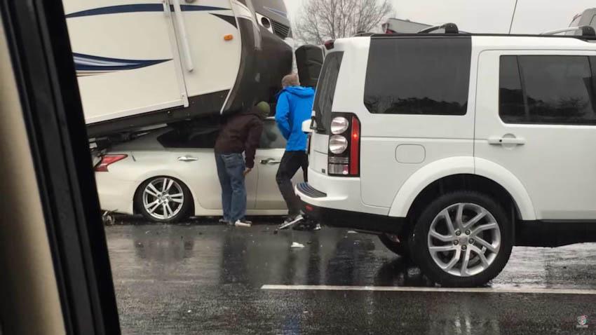 Nissan Maxima nhấc bổng xe nhà kéo, lọt gầm bán tải cỡ lớn