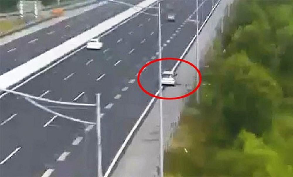 Đề nghị xử lý nghiêm xe ôtô đi lùi ngược chiều trên đường cao tốc.