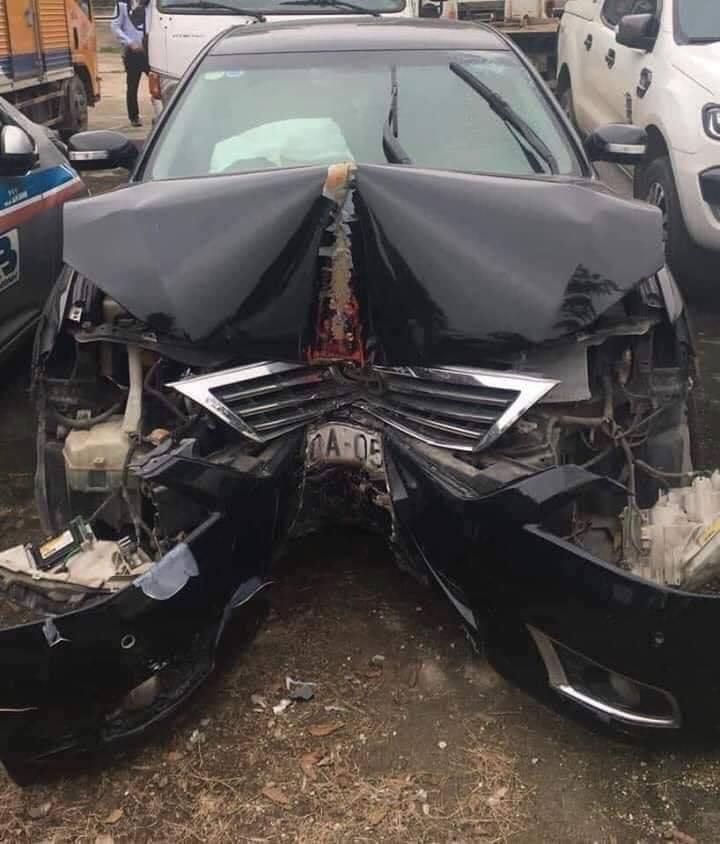 Chiếc Camry đâm trực diện vào cột biển báo, đầu xe móp mép nhưng khung cabin còn nguyên vẹn, cửa xe không hề biến dạng.
