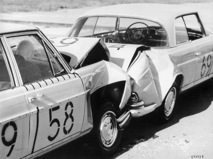 Từ năm 1959, Mercedes Benz lần đầu tiên thử nghiệm vùng hấp thụ xung lực (VHTXL) lên mẫu xe W111.