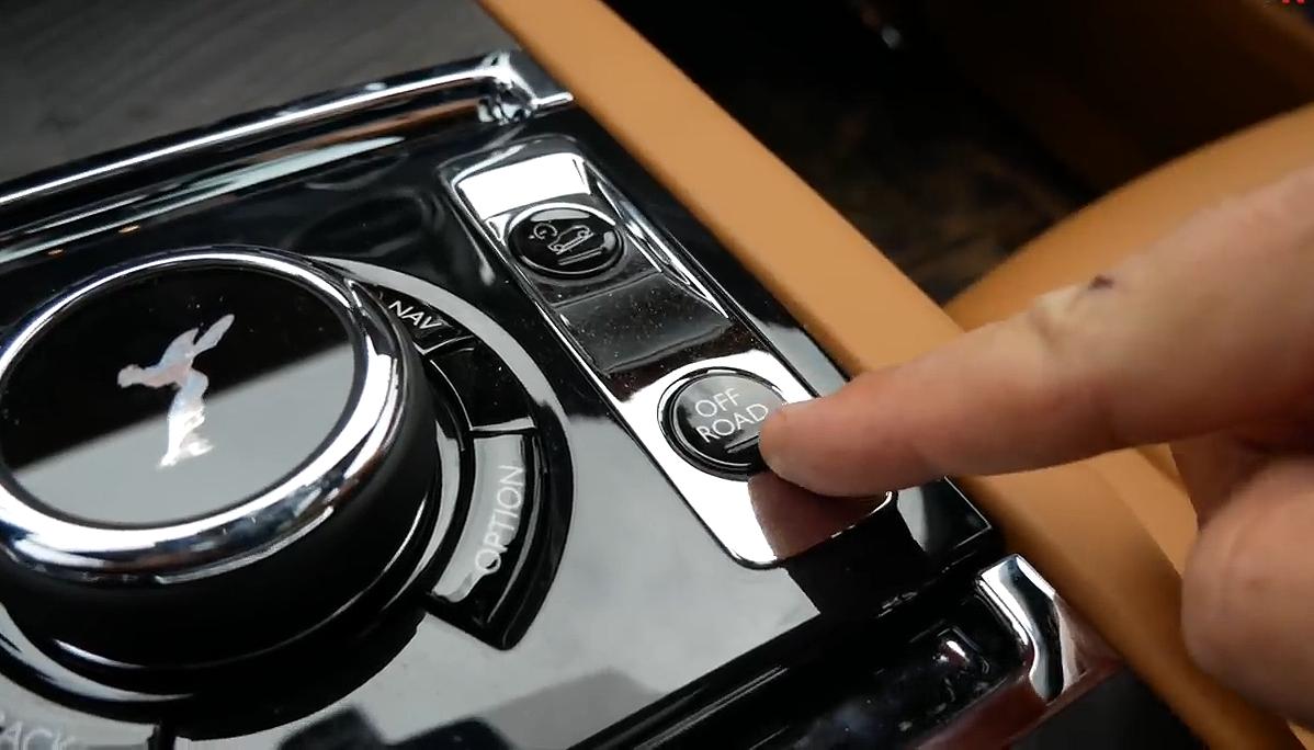 SUV siêu sang Rolls-Royce Cullinan trị giá 400.000 USD đi offroad 4