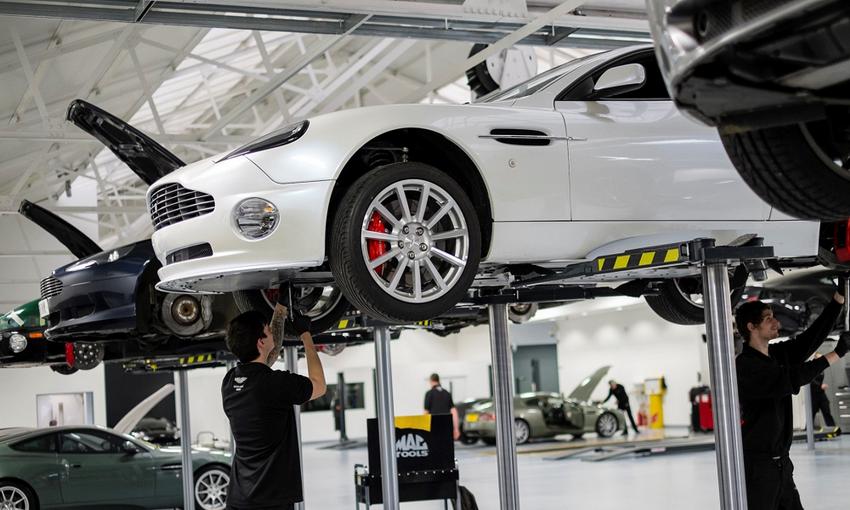 Chuyên gia kỹ thuật Aston Martin toàn cầu kiểm tra và tư vấn xe Aston Martin tại Việt Nam 2
