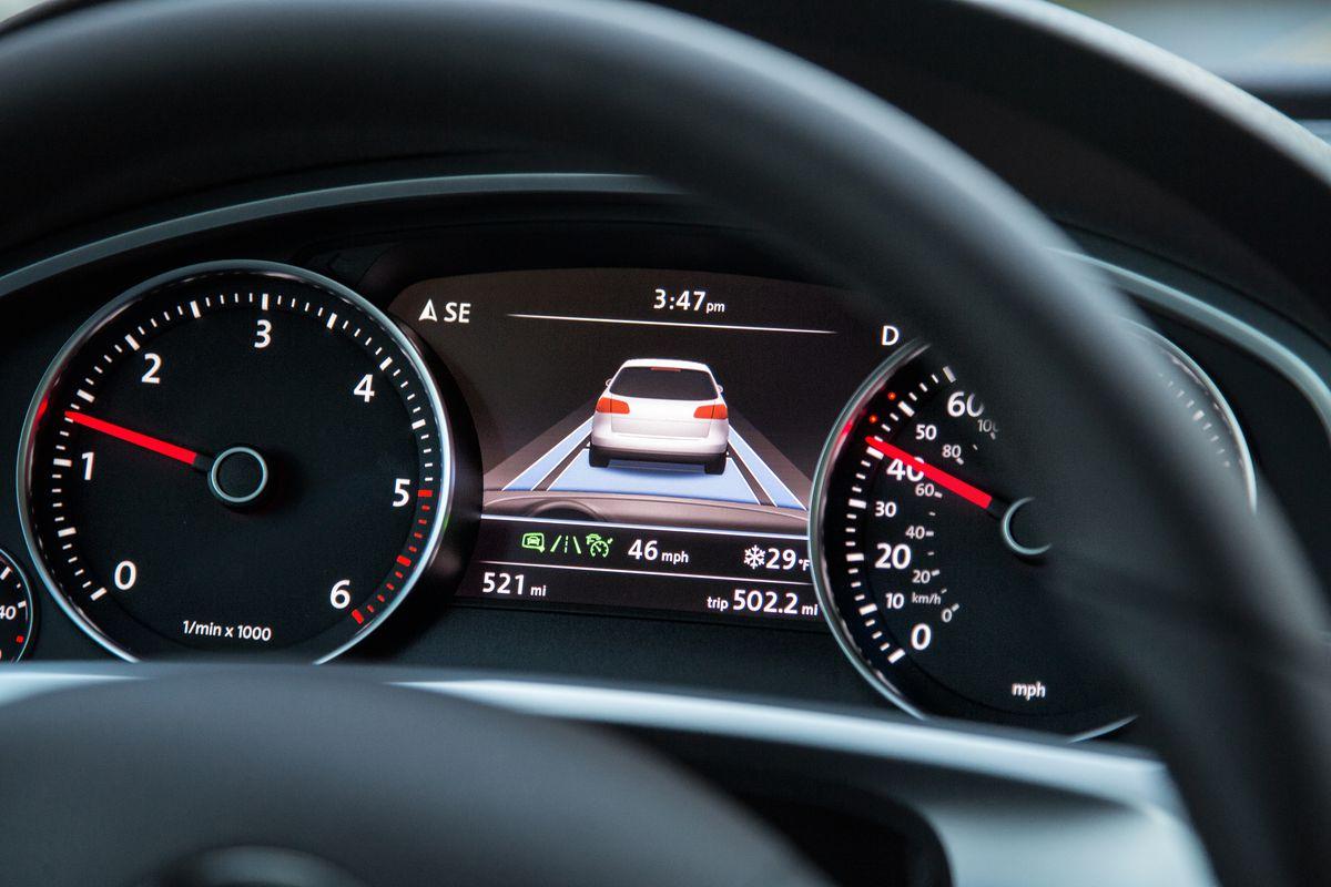 Cruise Control không phải là hệ thống tự động lái vì vậy người lái cần duy trì sự tập trung