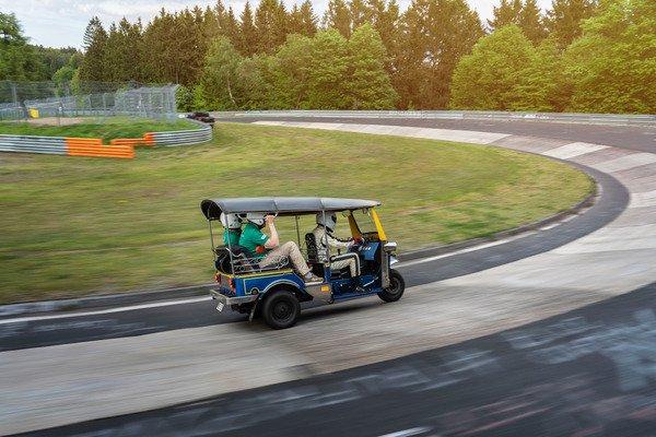 """Hơn 30 phút để """"siêu xe"""" Tuk-Tuk hoàn thành một vòng đua Nurburgring - 02"""