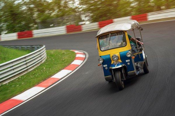 """Hơn 30 phút để """"siêu xe"""" Tuk-Tuk hoàn thành một vòng đua Nurburgring - 03"""
