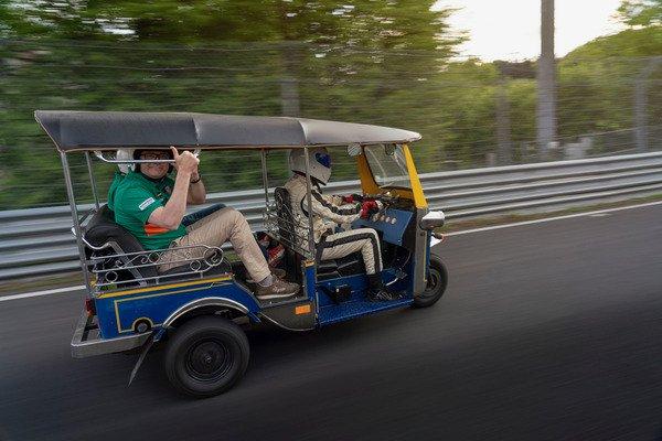 """Hơn 30 phút để """"siêu xe"""" Tuk-Tuk hoàn thành một vòng đua Nurburgring - 04"""
