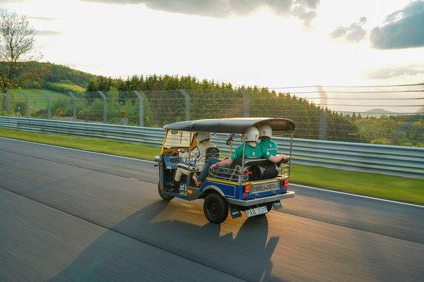 """Hơn 30 phút để """"siêu xe"""" Tuk-Tuk hoàn thành một vòng đua Nurburgring - 06"""
