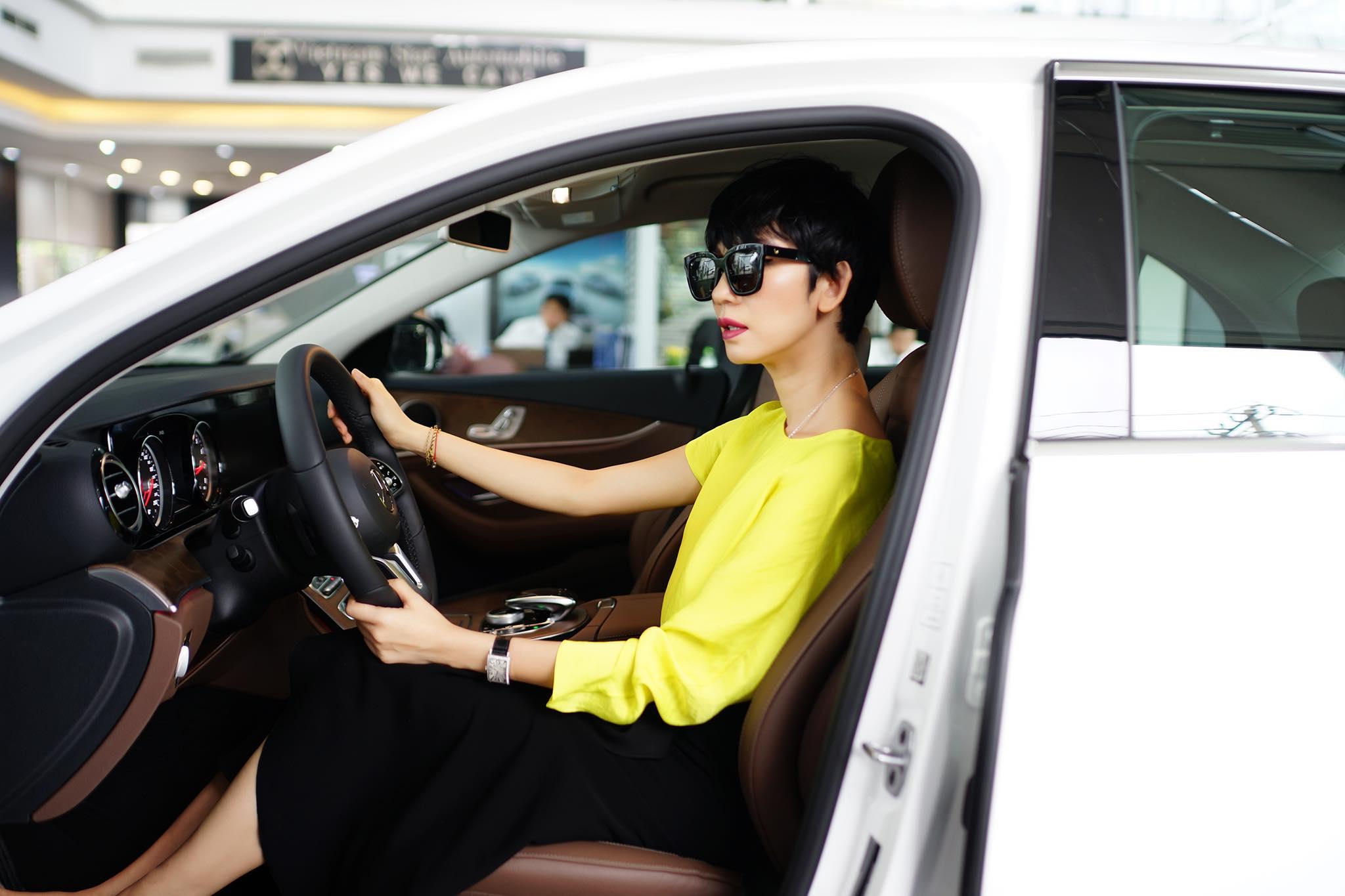 Siêu mẫu Xuân Lan tậu xe Mercedes-Benz E200 hơn 2 tỷ đồng - 11