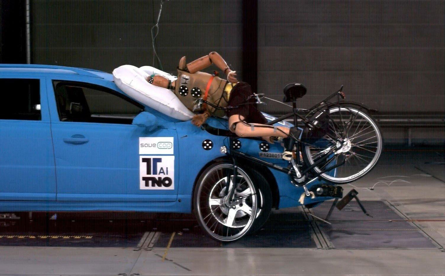 Túi khí bên ngoài xe hơi giúp bảo vệ xe và hành khách khi va chạm 1