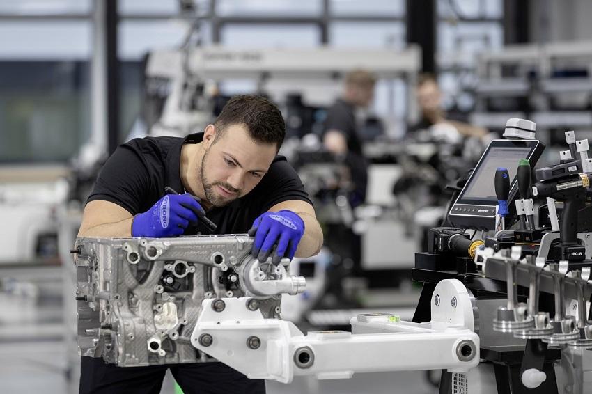 Động cơ bốn xi lanh tăng áp mới của Mercedes-AMG có công suất 382 mã lực ở dòng A45 và 415 mã lực ở dòng A45 S - 10