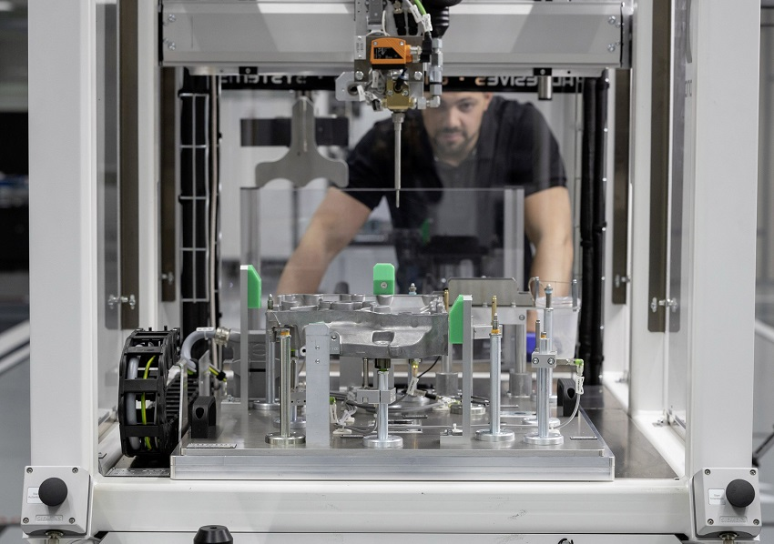 Động cơ bốn xi lanh tăng áp mới của Mercedes-AMG có công suất 382 mã lực ở dòng A45 và 415 mã lực ở dòng A45 S - 20