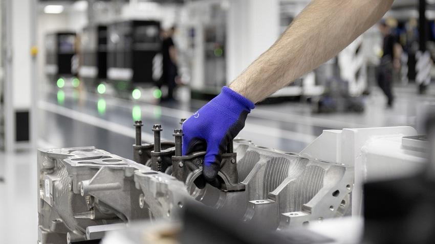 Động cơ bốn xi lanh tăng áp mới của Mercedes-AMG có công suất 382 mã lực ở dòng A45 và 415 mã lực ở dòng A45 S - 7