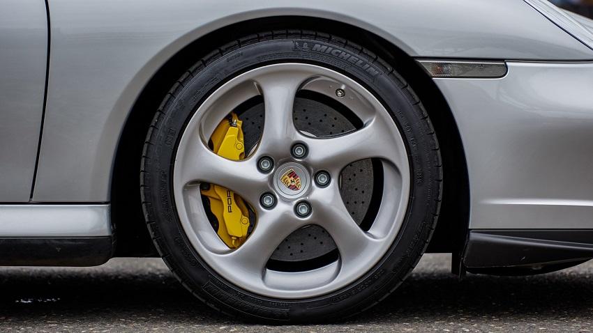 Porsche 911 Turbo S với hộp số sàn 6 cấp - 13