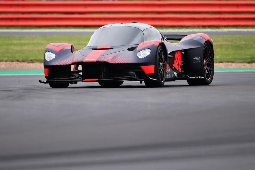 Siêu xe Aston Martin Valkyrie thể hiện sức mạnh tại Silverstone - 3