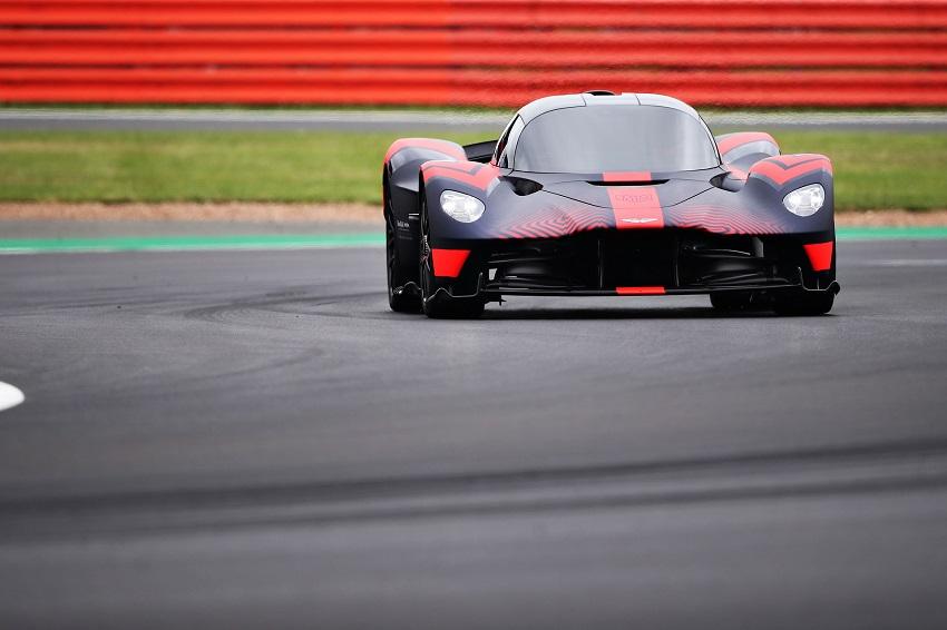 Siêu xe Aston Martin Valkyrie thể hiện sức mạnh tại Silverstone - 4
