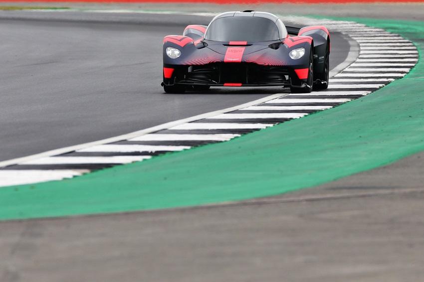 Siêu xe Aston Martin Valkyrie thể hiện sức mạnh tại Silverstone - 6
