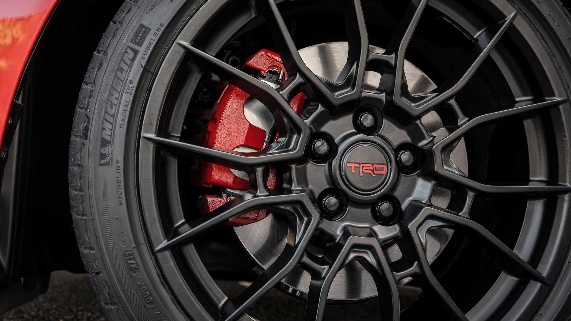 Sedan Toyota Avalon TRD 2020 phiên bản thể thao vừa ra mắt có giá 1 tỉ đồng - 3