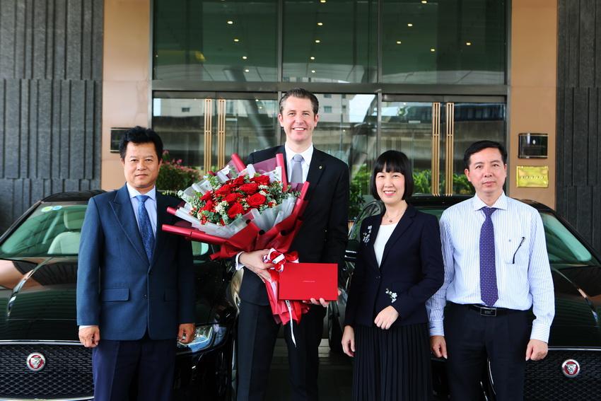 Jaguar Việt Nam bàn giao 3 xe XF Prestige cho Intercontinental Hanoi Landmark72 - 1