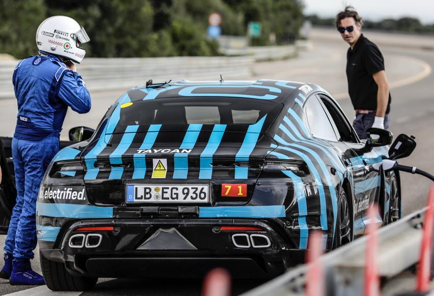 Mẫu xe điện Porsche Taycan