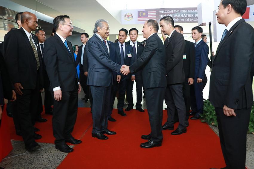 Hình ảnh Thủ tướng Malaysia lái thử xe VinFast Lux SA 2.0 tại Hà Nội - 4