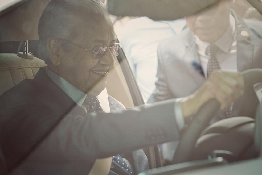 Hình ảnh Thủ tướng Malaysia lái thử xe VinFast Lux SA 2.0 tại Hà Nội - 1