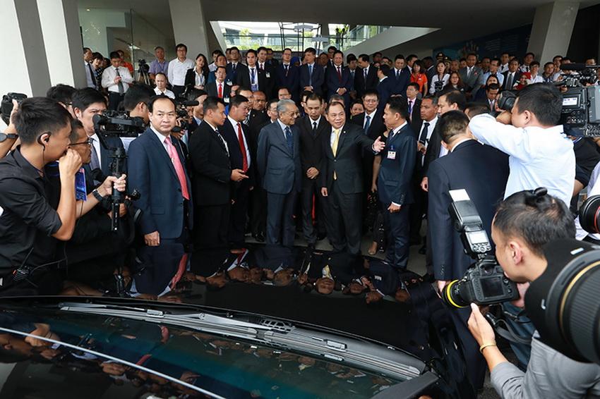 Hình ảnh Thủ tướng Malaysia lái thử xe VinFast Lux SA 2.0 tại Hà Nội - 3