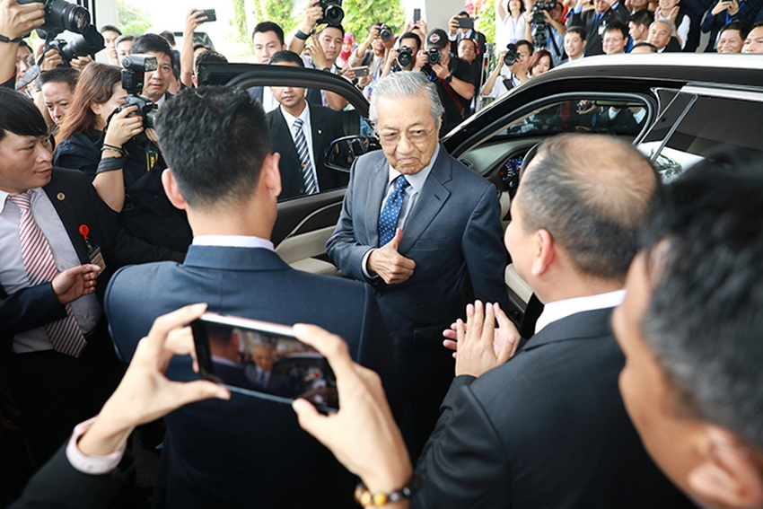Hình ảnh Thủ tướng Malaysia lái thử xe VinFast Lux SA 2.0 tại Hà Nội - 2