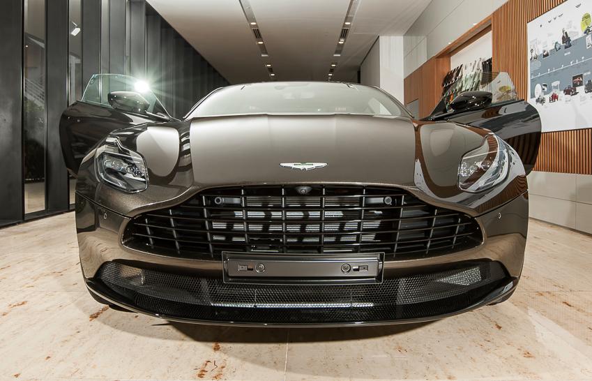 Cận cảnh Aston Martin DB11 V8 màu vàng đồng Kopi Bronze độc nhất Việt Nam -09