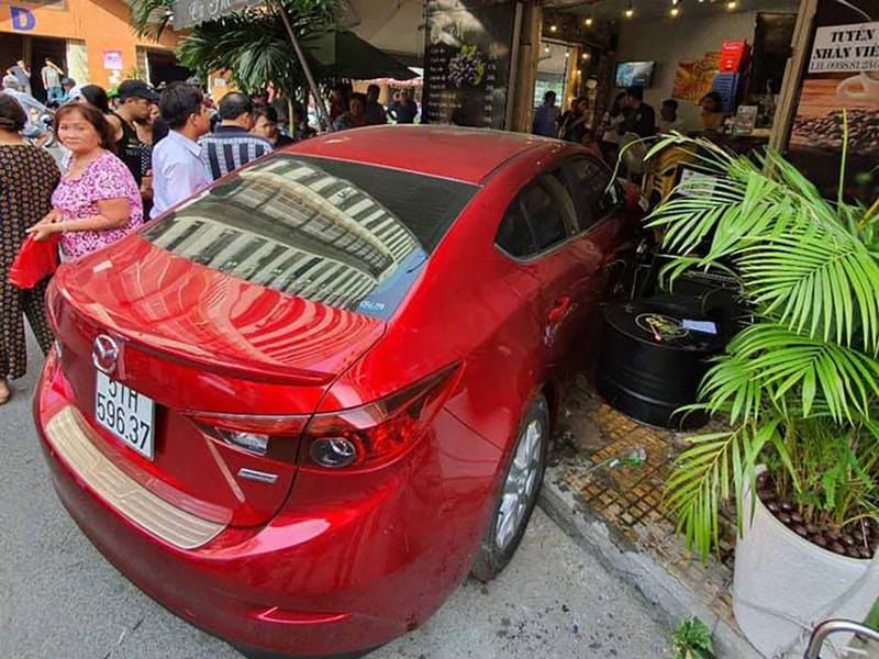 Ôtô lao vào quán cà phê ở TP.HCM, 2 người bị thương - 1