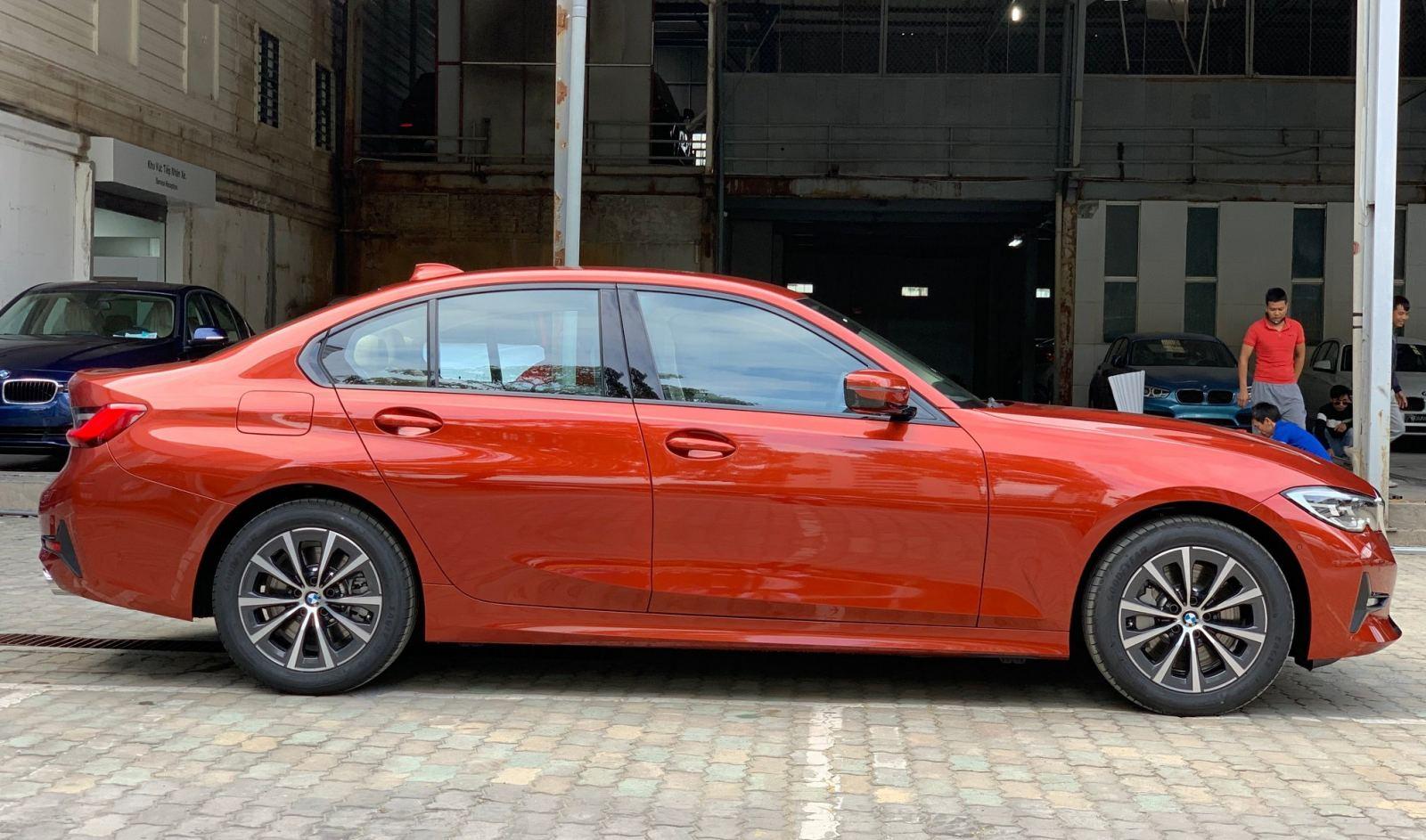 BMW 330i Sport-Line giá rẻ hơn 200 triệu khi về Việt Nam - 02