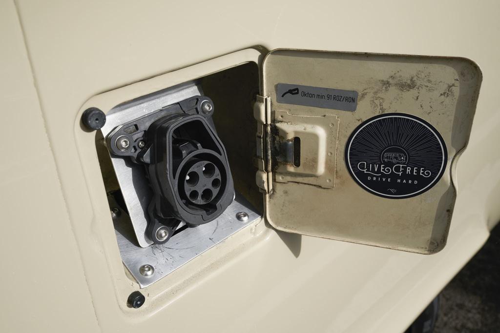 Volkswagen Type 2 đời 1972 được phục chế thành xe điện - 2