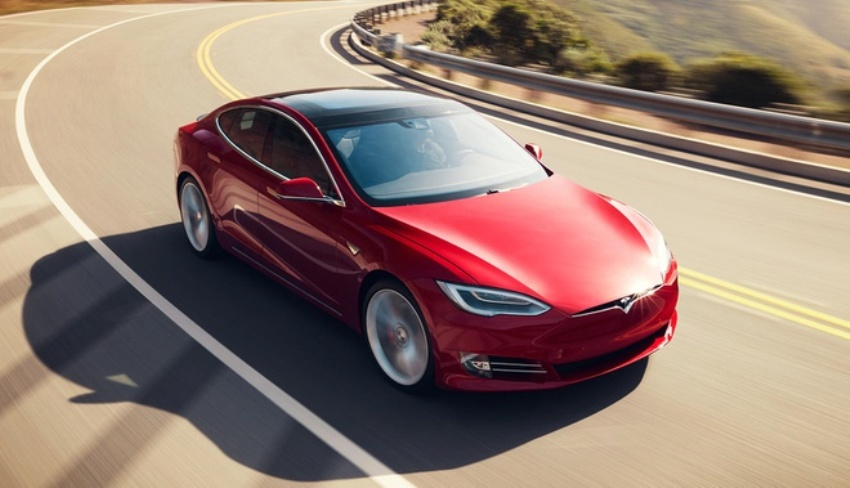 Xe Tesla tự tăng tốc