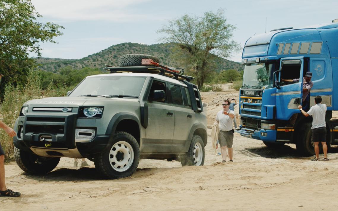 Bộ đôi Land Rover Defender mới giải cứu được một chiếc xe tải với trọng tải 20 tấn - 1