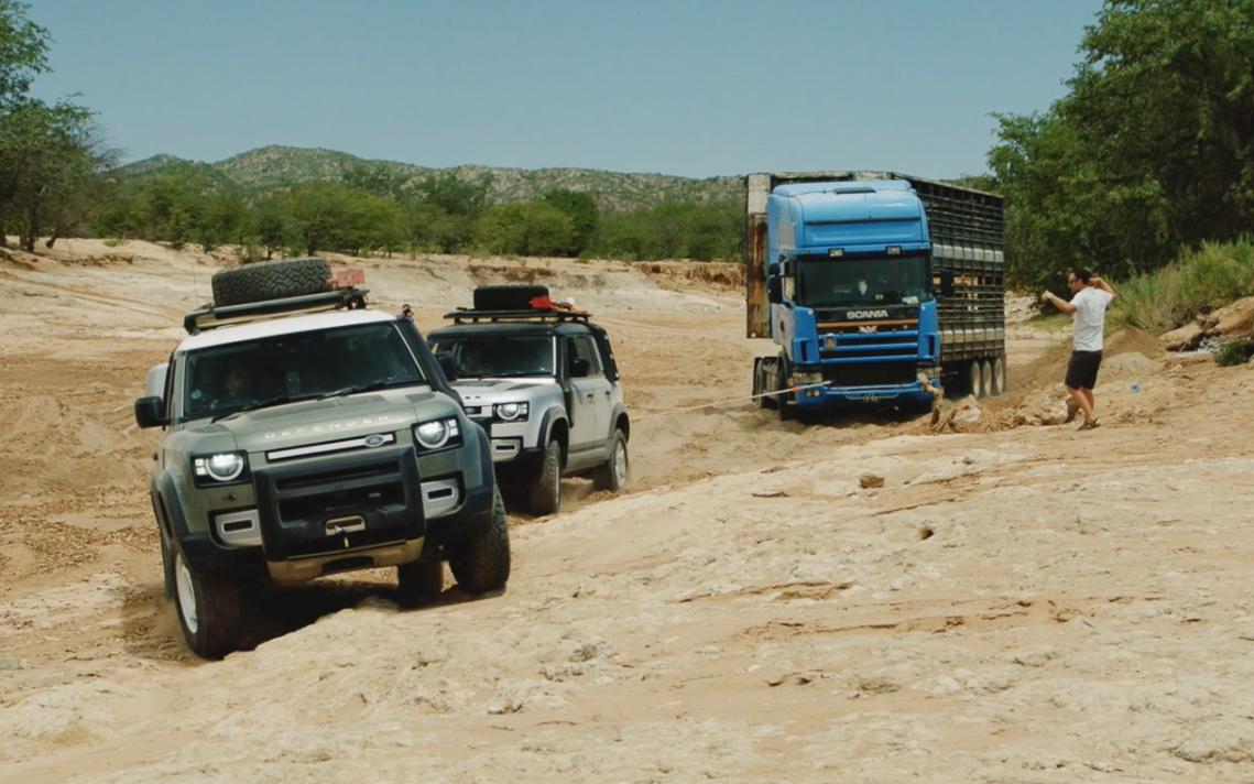 Bộ đôi Land Rover Defender mới giải cứu được một chiếc xe tải với trọng tải 20 tấn - 3