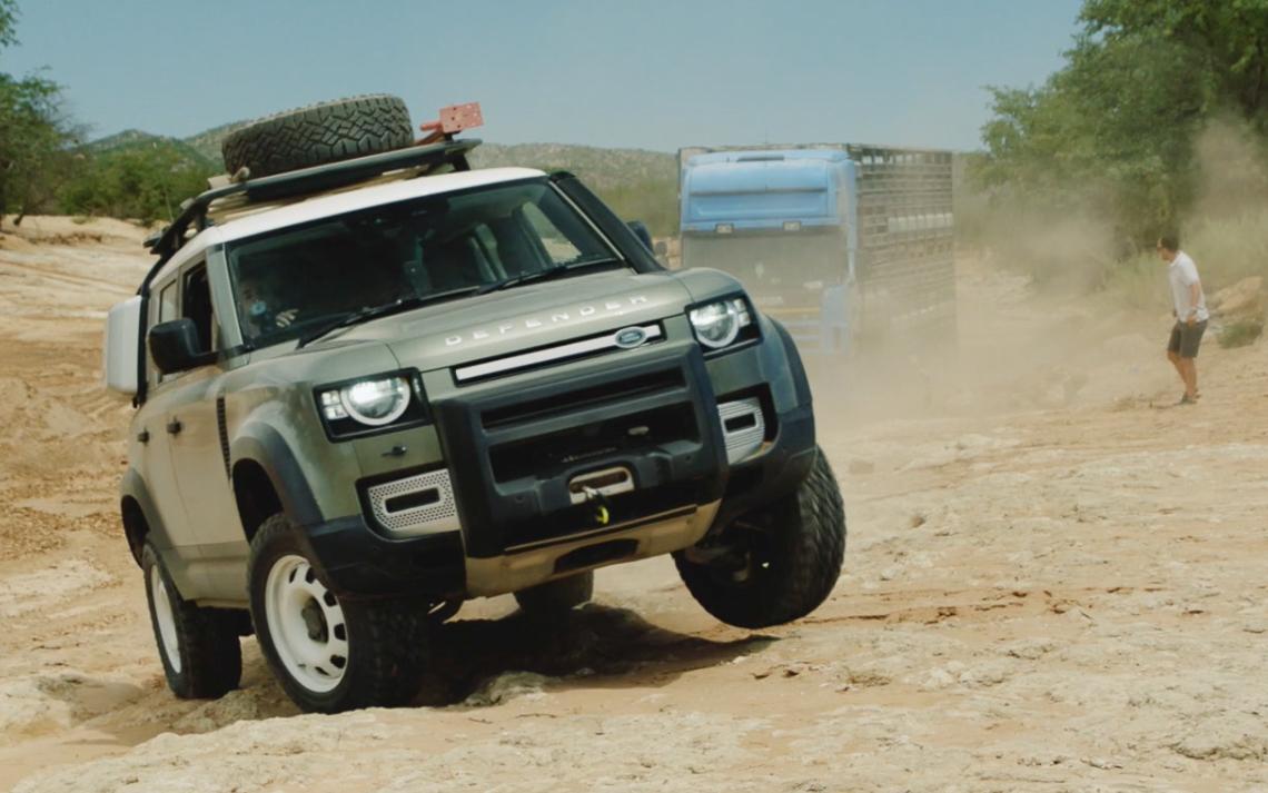 Bộ đôi Land Rover Defender mới giải cứu được một chiếc xe tải với trọng tải 20 tấn - 4
