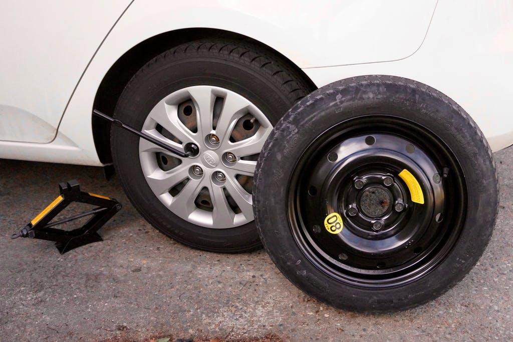 Kiểm tra lốp dự phòng trước khi lắp vào lốp xe.
