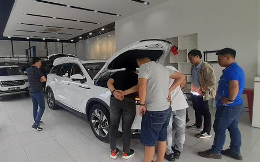 Khách hàng chỉ tập trung xem BEIJING X7, ngó lơ nhóm xe Trung Quốc đời cũ phía sau