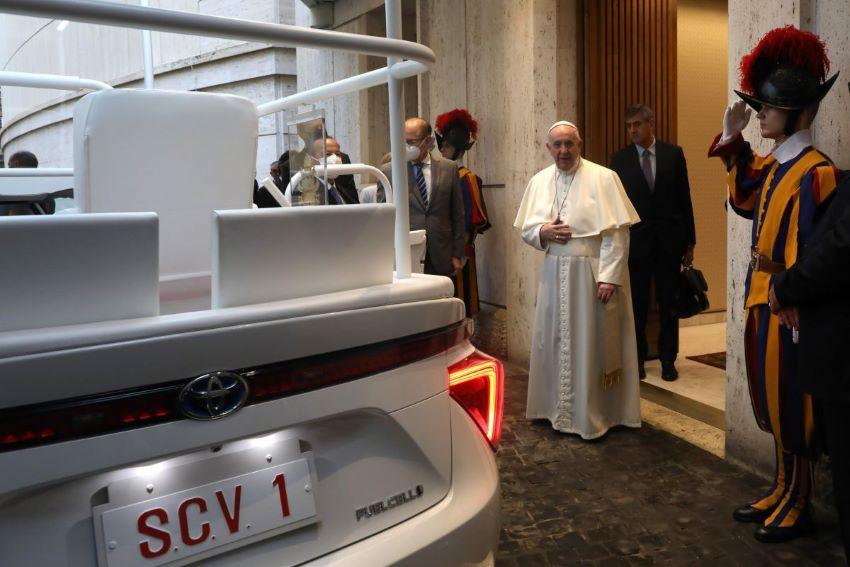 Toyota Mirai giáo hoàng