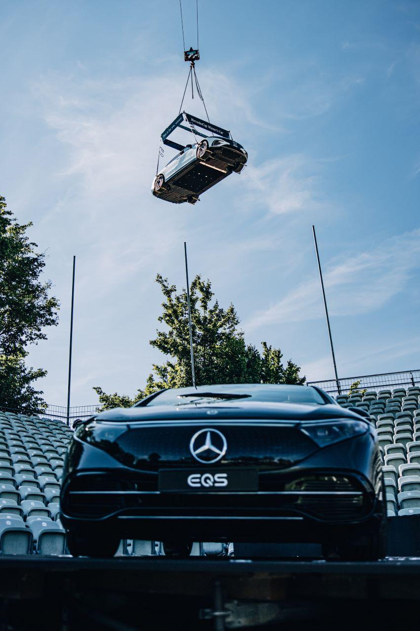 Treo chiếc Mercedes EQS